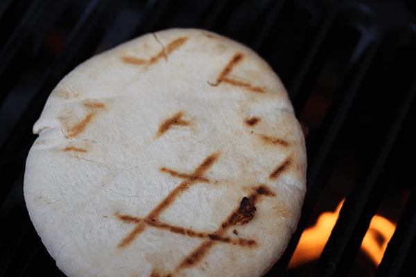 Pita op het BBQ rooster gevuld met kaas en appel-ui chutney