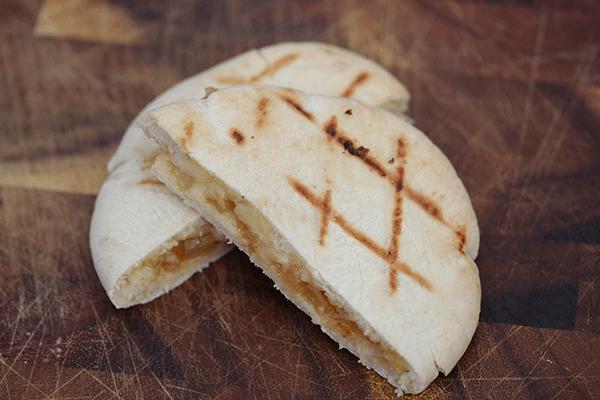 Pita gevuld met kaas en ui-appel chutney